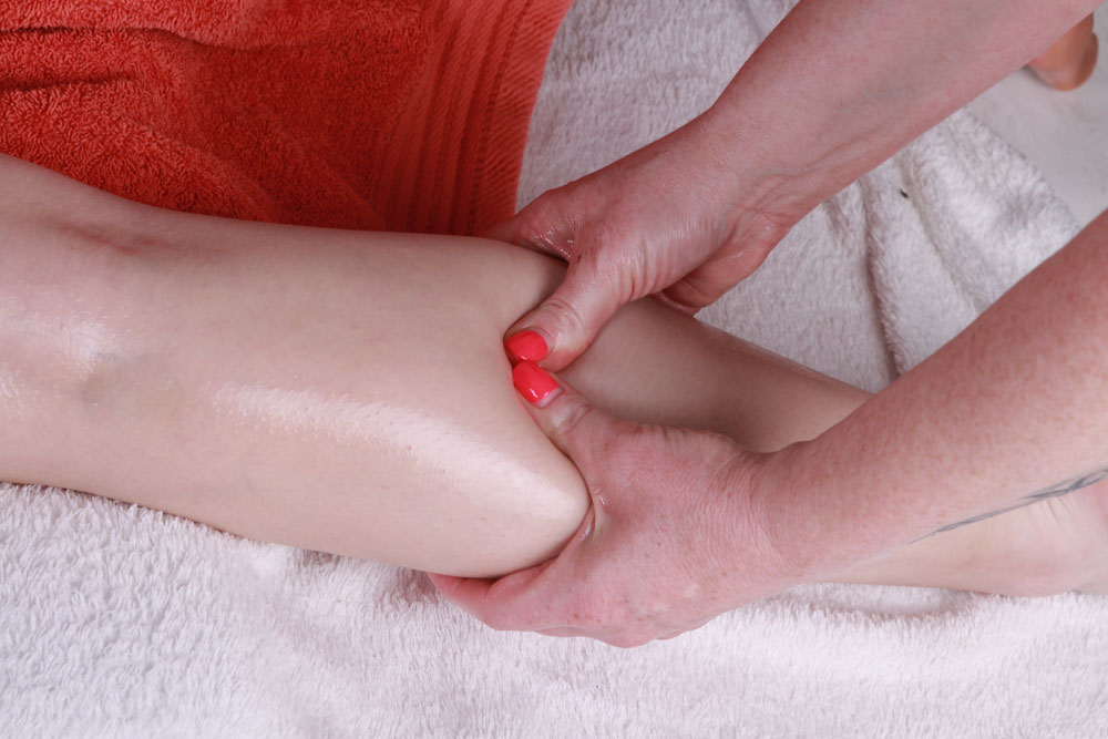 Fotografia z zabiegu drenażu limfatycznego kończyny dolnej